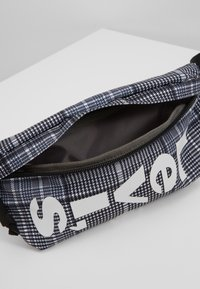 Levi's® - BANANA SLING PLAID - Bum bag - grey/dark green - 5