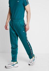 Fila - TAPE TRACK PANTS - Pantalon de survêtement - everglade - 0