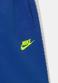Nike Sportswear - REPEAT - Shorts - game royal/volt - 2