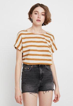ONLRILL CROSS BACK - T-shirt con stampa - golden brown/cloud dancer