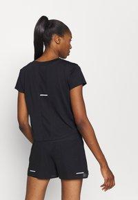 ASICS - RACE CROP - Print T-shirt - performance black - 2