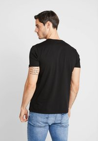 Alpha Industries - REFLECTIVE STRIPES  - T-shirt print - black - 2