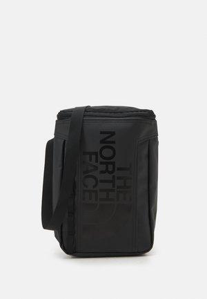 BASE CAMP POUCH UNISEX - Taška spříčným popruhem - black