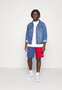 adidas Originals - BLOCKED UNISEX - Shorts - scarlet/crew blue - 1