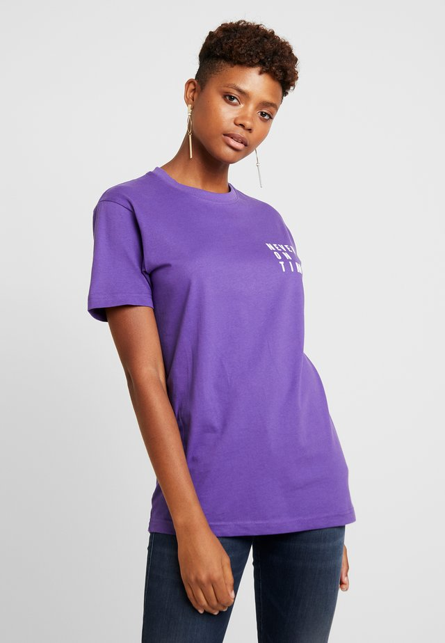 LADIES NEVER ON TIME TEE - Printtipaita - ultra violet