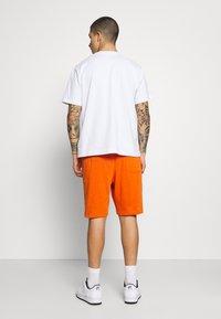 Nike Sportswear - CLUB - Shorts - campfire orange/white - 2