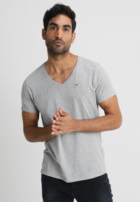 Tommy Jeans - ORIGINAL REGULAR FIT - Basic T-shirt - light grey heather - 0
