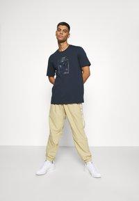 adidas Originals - TEE - T-shirt con stampa - night navy - 1
