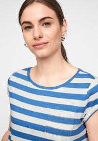 comma casual identity - MIT SCHMUCK-DETAIL - Print T-shirt - royal blue stripes - 3