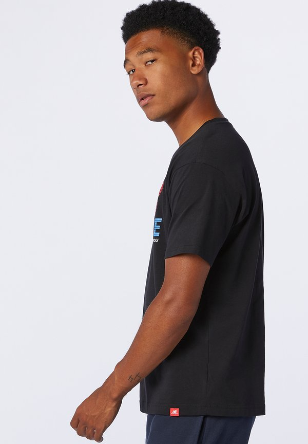 New Balance ESSENTIALS SPEED ACTION TEE - T-shirt z nadrukiem - black/czarny Odzież Męska VNWG