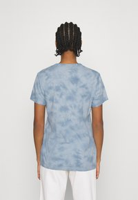 Cotton On - CLASSIC TEE - Print T-shirt - mermaid beach/washed blue - 2