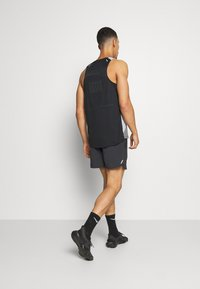 Nike Performance - STRIDE SHORT - kurze Sporthose - black - 2