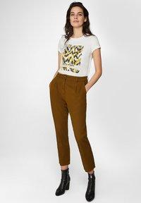 WE Fashion - WE FASHION DAMENHOSE MIT HOHER TAILLE UND TAPERED LEG - Spodnie materiałowe - mustard yellow - 3