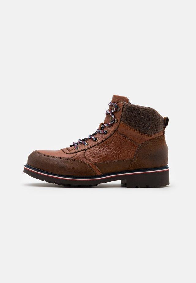 CHECK LINING BOOT - Šněrovací kotníkové boty - natural cognac