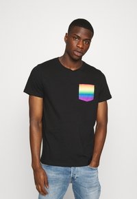 Hollister Co. - PRIDE CREW POCKET - T-shirt print - black/ombre - 0