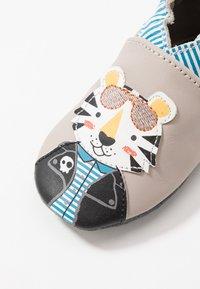 Robeez - COOL TIGER - Chaussons pour bébé - gris taupe - 2