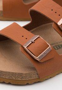 Birkenstock - ARIZONA VEGAN FOOTBED - Pantofole - saddle matt ginger brown - 5