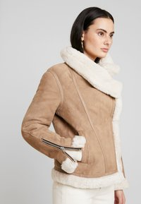 AllSaints - HARLOW SHEARLING - Leather jacket - toffee/ecru white - 4