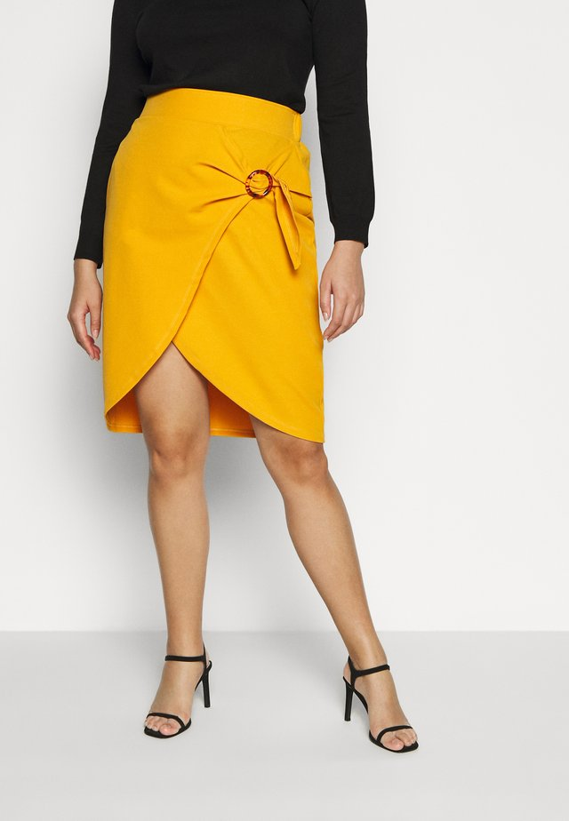 WRAP MIDI SKIRT WITH BUCKLE DETAIL - Jupe crayon - saffron