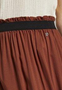 TOM TAILOR DENIM - MIT ELASTISCHEM BUND - Pleated skirt - rust orange - 4