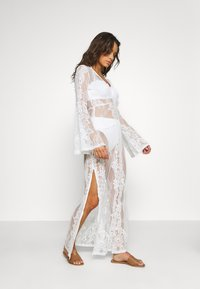 Missguided - PREMIUM LACE PLUNGE LONG SLEEVE MAXI DRESS - Doplňky na pláž - nude - 1