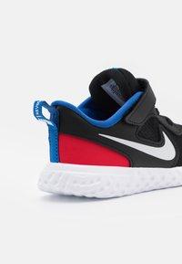 Nike Performance - REVOLUTION 5 UNISEX - Hardloopschoenen neutraal - black/white/universe red/game royal - 5