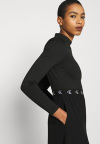Calvin Klein Jeans - LOGO ELASTIC DRESS - Žerzejové šaty - black - 5