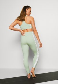 South Beach - SEAMLESS SMOKEY - Legging - green/white - 2