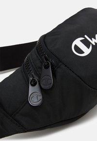 Champion - BELT BAG LEGACY - Taška spříčným popruhem - black - 4
