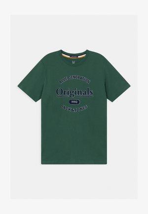 JORLARS CREW NECK - Print T-shirt - trekking green