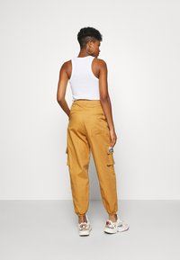 adidas Originals - TRACK PANT - Pantalon cargo - mesa - 2