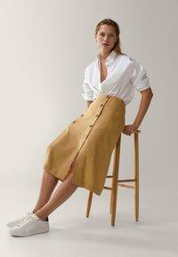 Massimo Dutti - MIT SCHLITZEN UND KNÖPFEN - A-line skirt - gold - 2