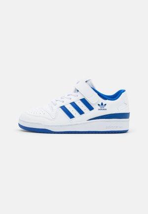 FORUM UNISEX - Baskets basses - footwear white/team royal blue