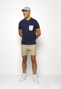 Lyle & Scott - CONTRAST POCKET - Print T-shirt - navy/ dusky lilac - 1