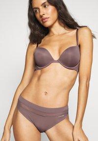 Calvin Klein Underwear - INFINITE FLEX PLUNGE - Podprsenka pod tričko - plum dust - 0
