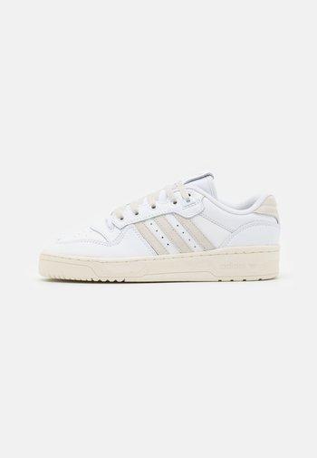 RIVALRY UNISEX - Zapatillas - footwear white/alumina/offwhite