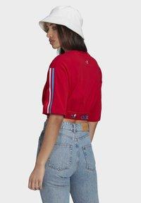 adidas Originals - PRIMEBLUE ADICOLOR ORIGINALS RELAXED T-SHIRT - Camiseta estampada - scarlet - 2