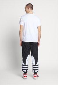 adidas Originals - ADICOLOR TREFOIL TRACK PANTS - Spodnie treningowe - black - 2