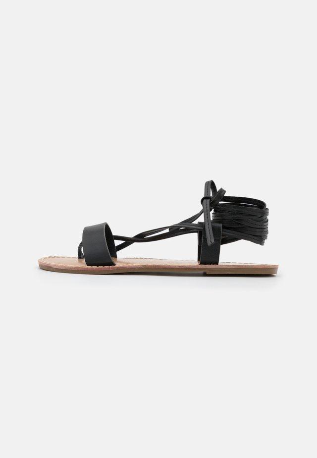 JUDI - Sandaalit nilkkaremmillä - black
