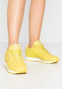 Reebok Classic - CLASSIC - Sneakersy niskie - utility yellow/white - 0