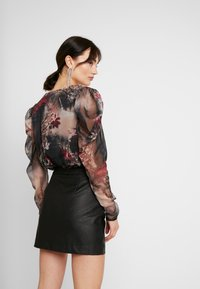Missguided - FOREST PRINTED PUFF SLEEVE BODYSUIT - Blusa - brown - 2