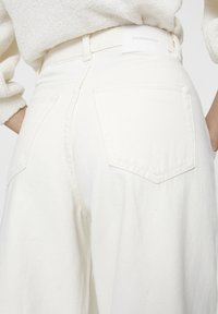 PULL&BEAR - Džíny Relaxed Fit - white - 3