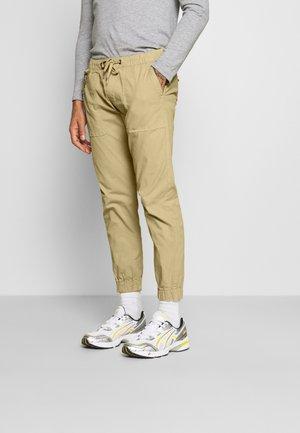 TOBY PANTS - Pantalones - sand