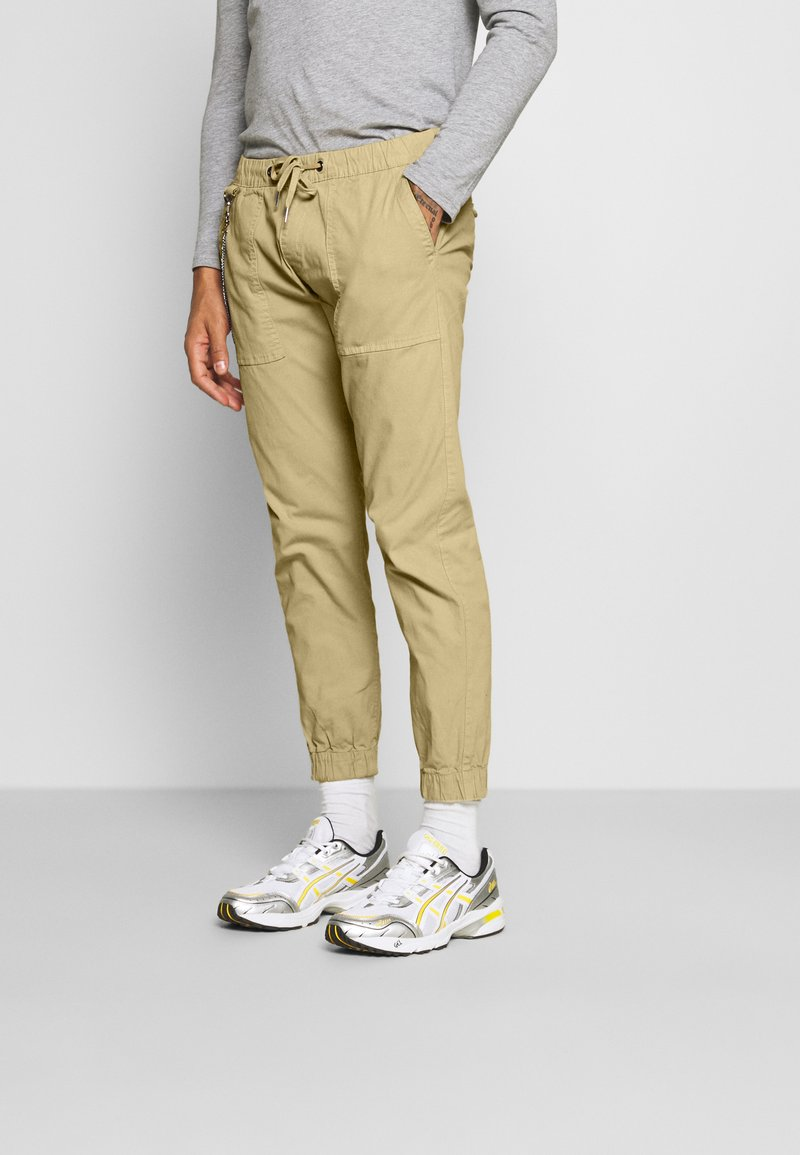 Redefined Rebel - TOBY PANTS - Trousers - sand