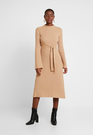 MIDI DRESS - Gebreide jurk - winter camel