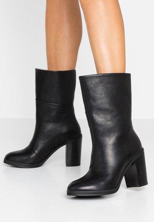 BRIDGE HIGH BOOT - Kotníková obuv na vysokém podpatku - black