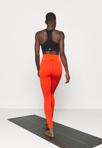 Casall - SHINY MATTE SEAMLESS - Medias - intense orange - 2