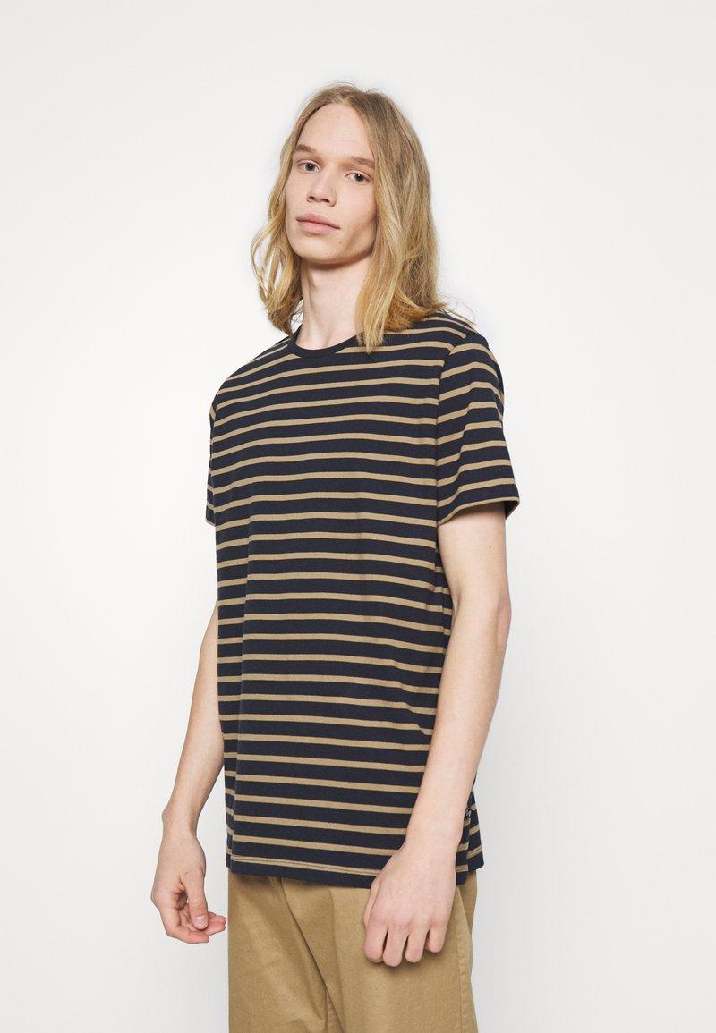 Matinique - JERMANE - Print T-shirt - khaki