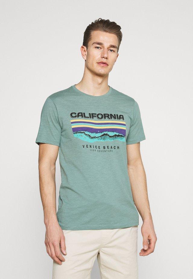 RIDLEY - Print T-shirt - sagebrush green