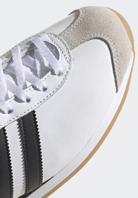 adidas Originals - COUNTRY OG SHOES - Trainers - white - 9